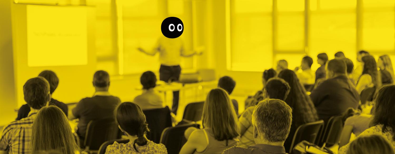 Ponente dando una charla a una audiencia de empresa.