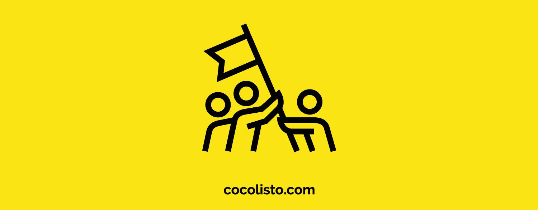 Concepto de trabajo en equipo. Tres personas alzando una bandera
